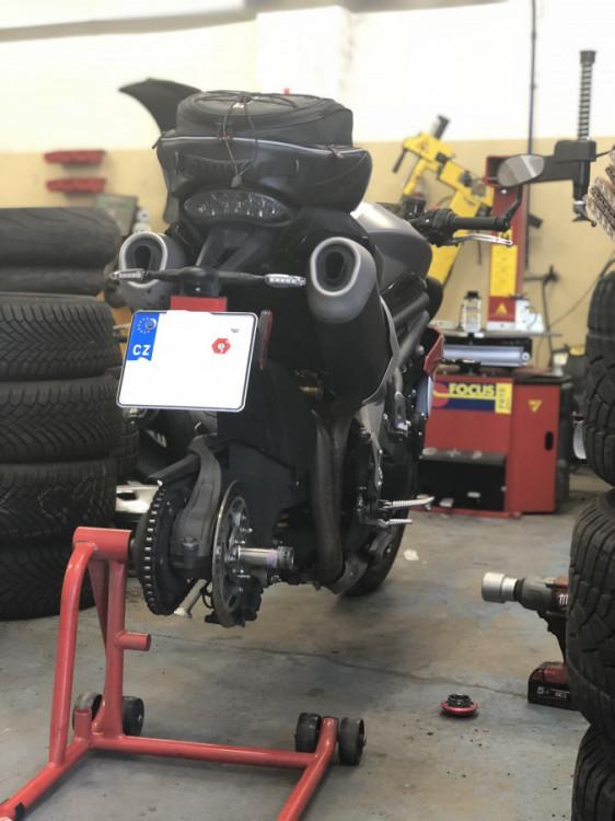 Servis zadního moto pneu